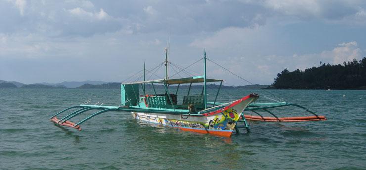 une bangka pour arriver par bateau